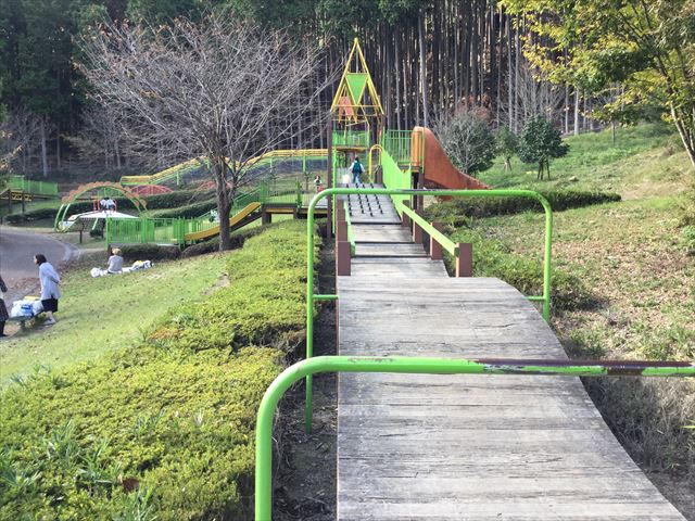 平成榛原子供のもり公園「恐竜の国」細長い木の遊具
