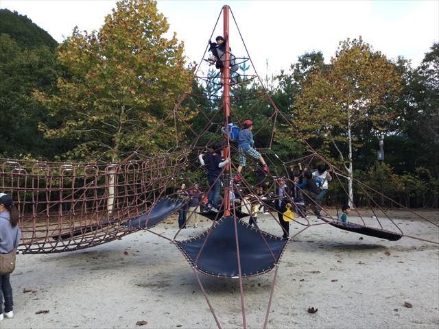 平成榛原子供のもり公園「恐竜の国」縄を上る遊具