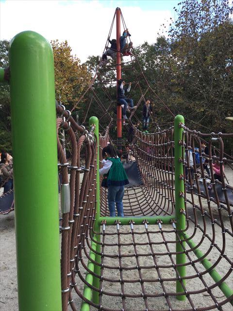平成榛原子供のもり公園「恐竜の国」縄の橋を渡る