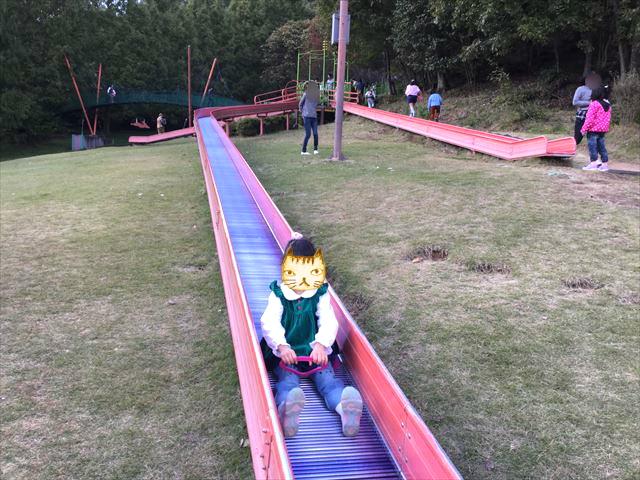 平成榛原子供のもり公園「恐竜の国」ローラー滑り台を滑る娘