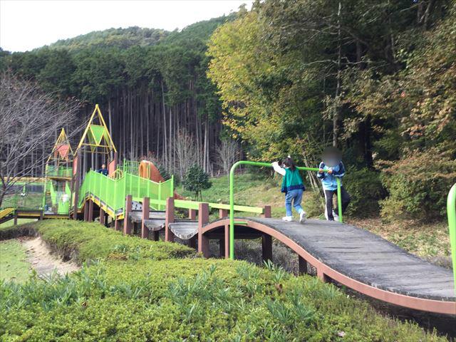 平成榛原子供のもり公園「恐竜の国」細長い遊具