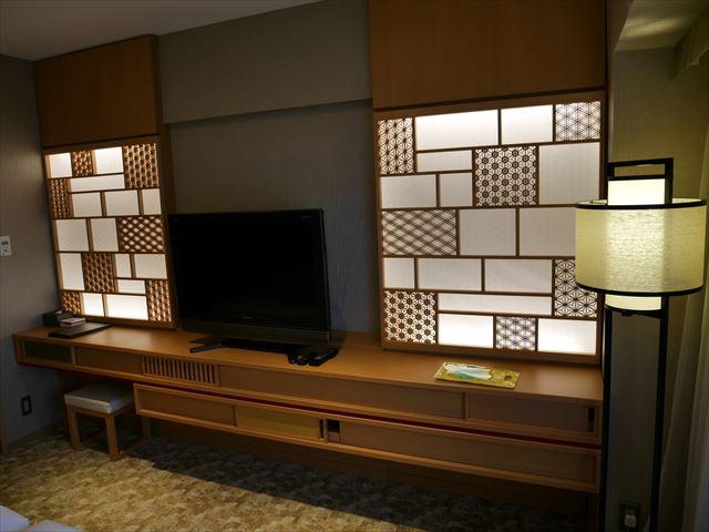 京都ブライトンホテル「ルームen(えん)」テレビと和風模様デザインの壁