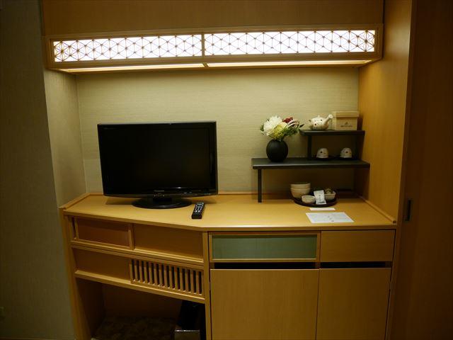 京都ブライトンホテル「ルームen(えん)」リビングルーム前のテレビ