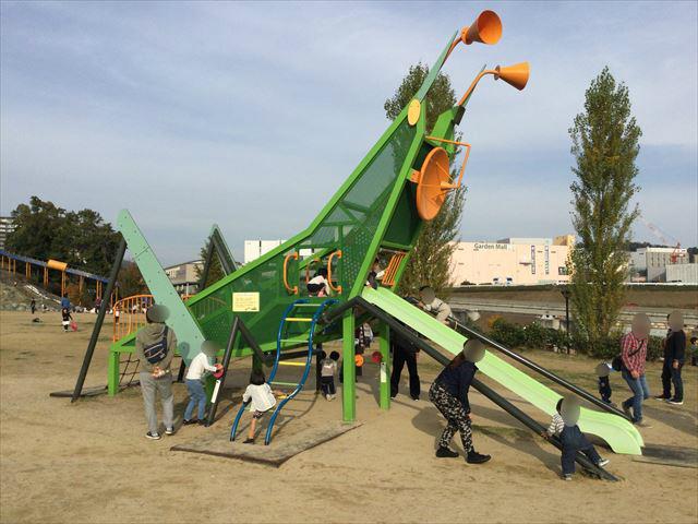彩都西公園のバッタ滑り台