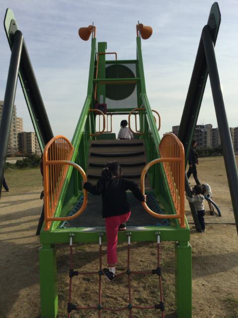 彩都西公園のバッタ滑り台、トランポリン