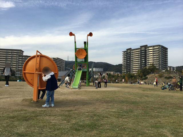 彩都西公園のバッタ滑り台、幼児向けの電話