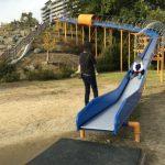 彩都西公園のローラー滑り台を滑り降りる娘