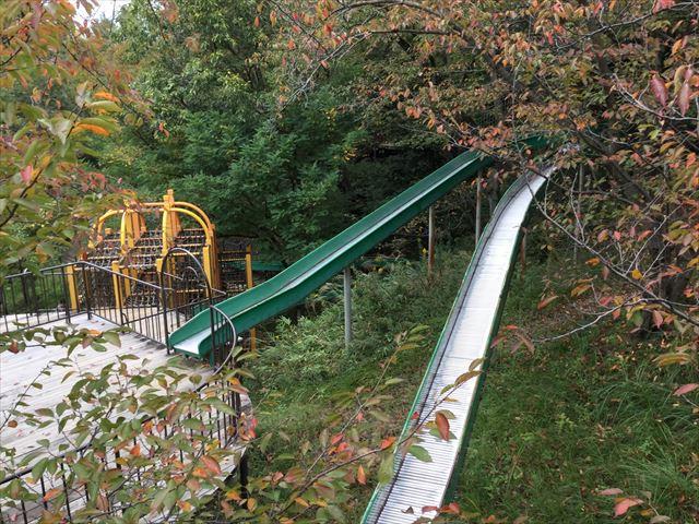 千里東町公園のロングスライダー、滑り台が枝分かれしている様子