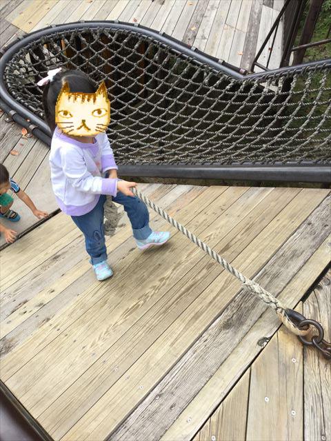 千里東町公園の遊具、縄を持って上がる
