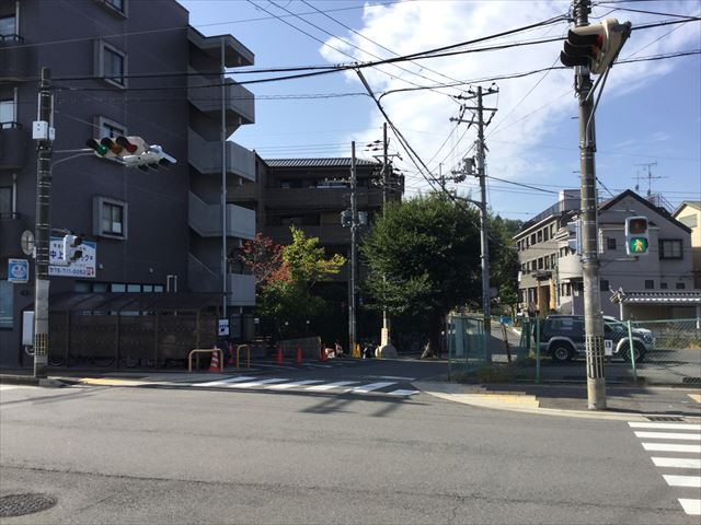 叡山電鉄「宝ヶ池駅」前の道路、信号