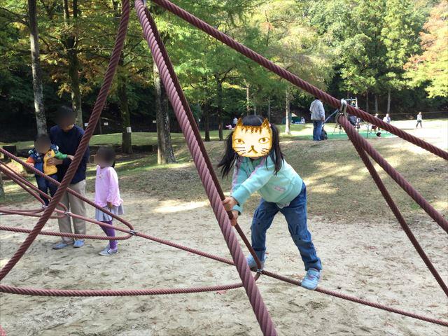 宝が池公園「子どもの楽園」ザイルクライミングで遊ぶ娘