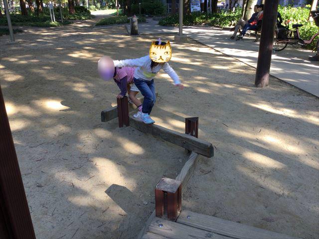 靫公園の遊具、平均台