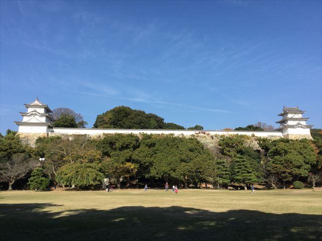 明石公園の明石城と芝生広場