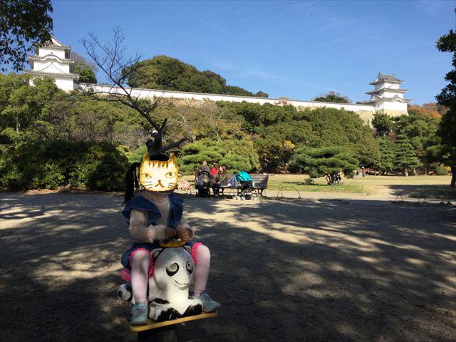 「明石公園」こども広場の遊具、動物の乗り物
