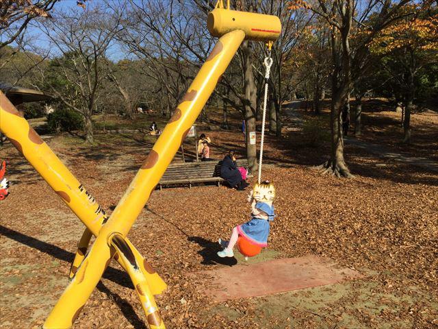 明石公園「子どもの村」キリンのブランコ
