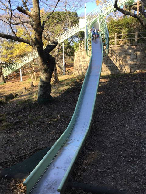 明石公園「子どもの村」ロングスライダー(長い滑り台)を滑り降りる娘