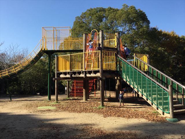 明石公園「子どもの村」木製遊具滑り台