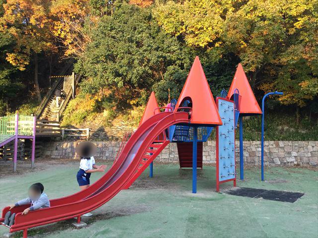 神戸総合運動公園「冒険のくに」複合遊具、滑り台