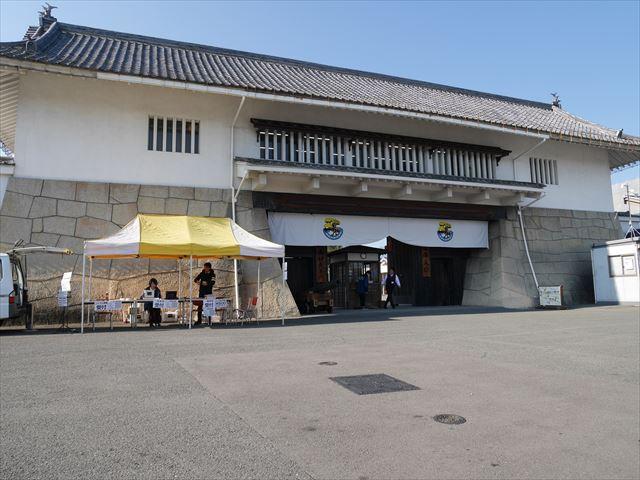 京都「太秦映画村」の大手門、団体入口、コスプレ受付