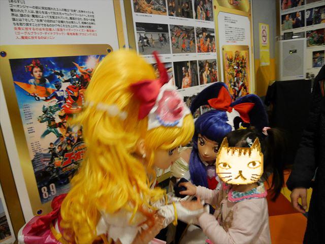 「東映太秦映画村」魔法使いプリキュアとの握手会に参加する子供