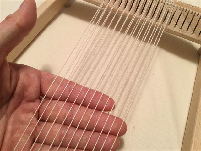 ニック社の機織り機「イネス(Ines)」に張っている糸