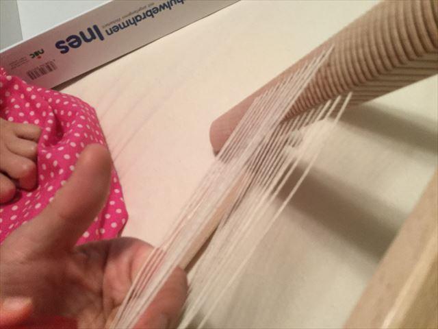 ニック社の機織り機「イネス(Ines)」上下の糸の様子