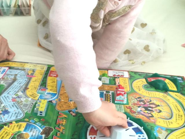 人生ゲーム(2016年型)ルーレットを回す娘