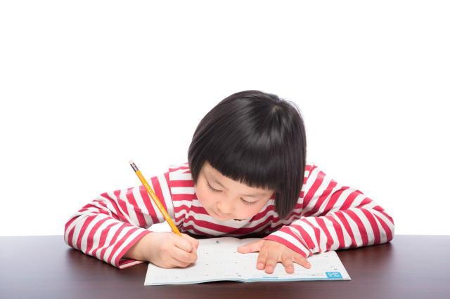 子供が家庭学習教材に取り組んでいる様子