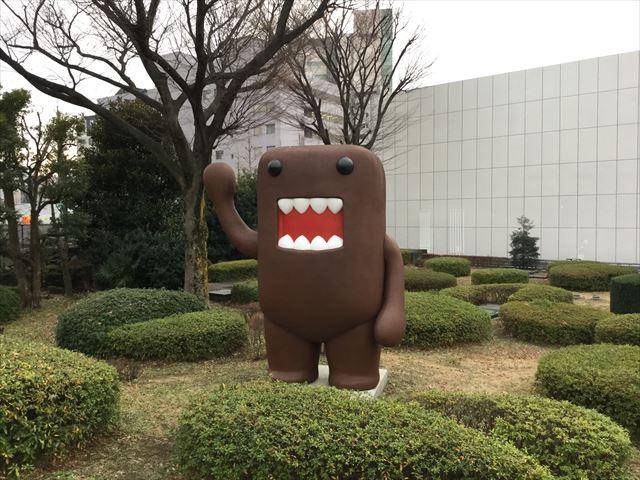 「NHKスタジオパーク」外のどーもくん像