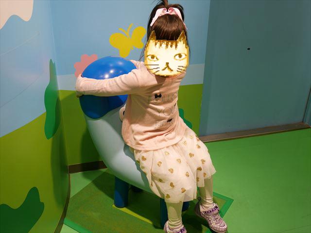 NHKスタジオパーク見学、みいつけたのコッシーに座る娘