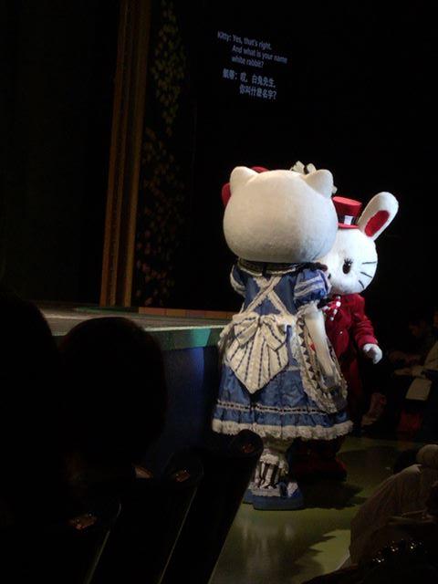 「不思議の国のハローキティ」一場面。キティちゃんが舞台下におりてくる