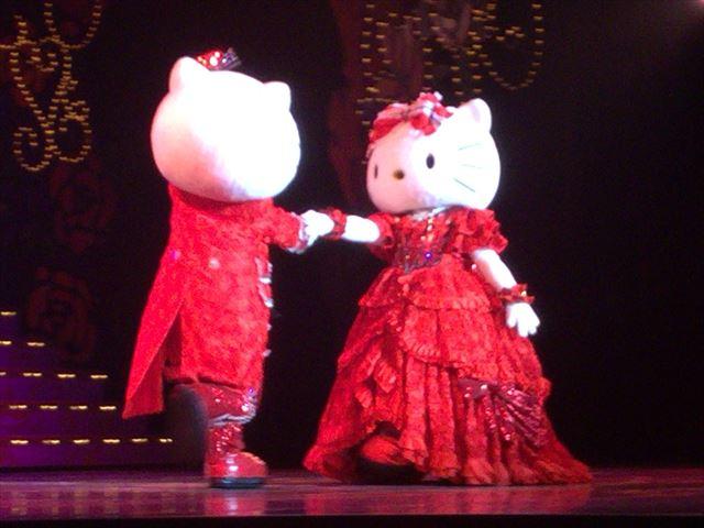 「不思議の国のハローキティ」一場面。キティちゃんとダニエルのダンス