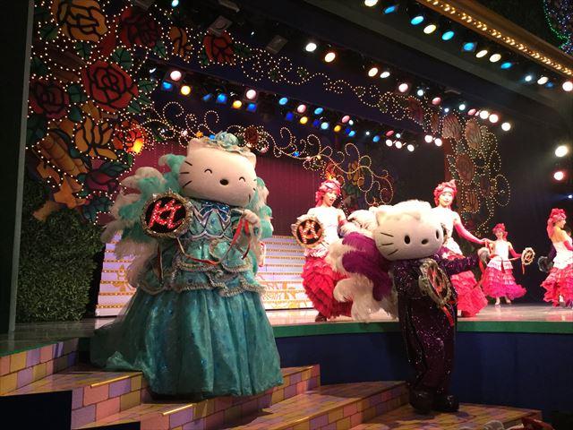 「不思議の国のハローキティ」一場面。フィナーレの様子、舞台をおりてくるキティちゃん家族