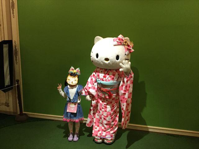 サンリオピューロランド「レディキティハウス」キティちゃんと記念撮影する娘
