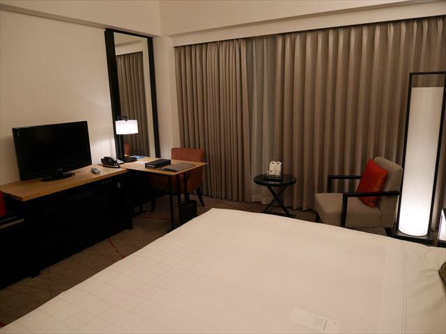 「シェラトン都ホテル東京」コンフォートみやびデラックス内装、ベッドとテレビ、デスク