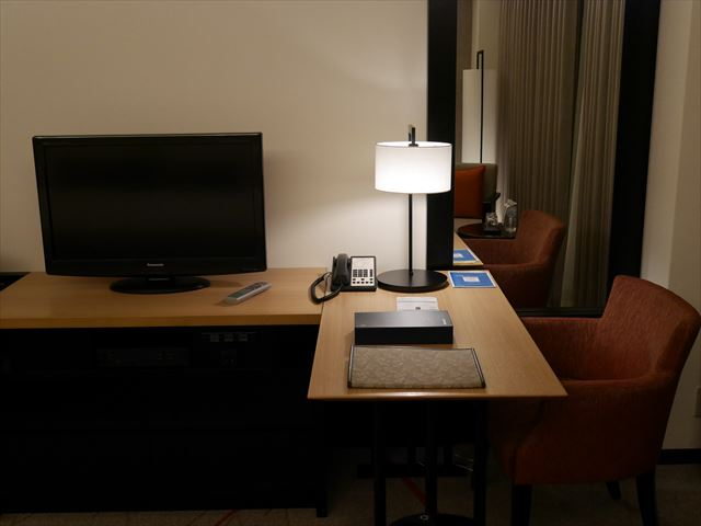 「シェラトン都ホテル東京」コンフォートみやびデラックス内装、テレビ、デスク