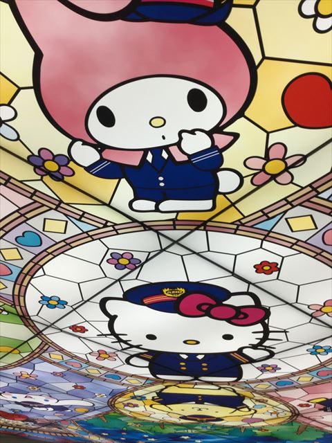 京王多摩センター駅、改札すぐの天井、キティとマイメロディ