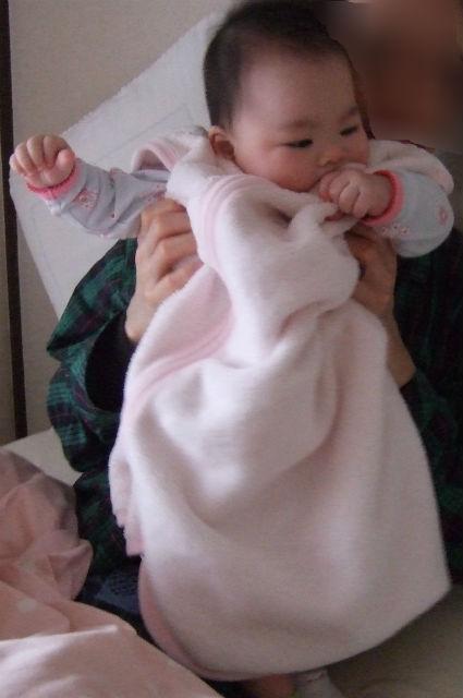 子供が「赤ちゃんの城」のスリーパーを着ている