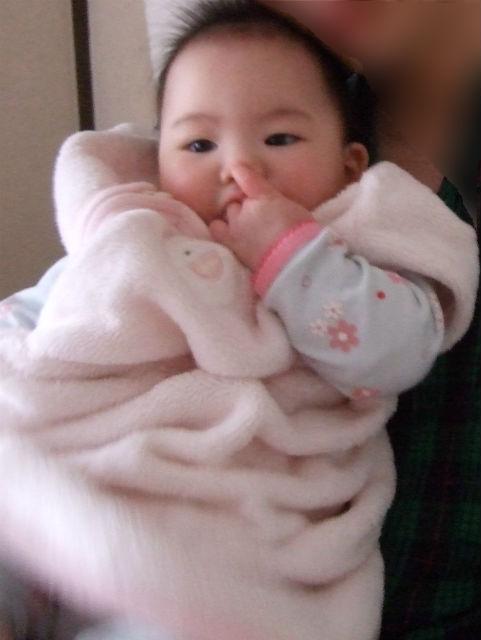 赤ちゃんが「赤ちゃんの城」のスリーパーを着ている