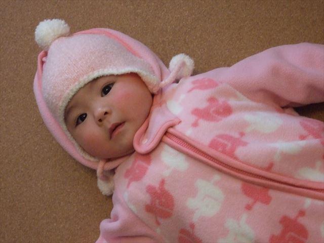赤ちゃんがスリーパーを着ている様子