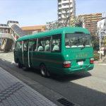 阪急電車「池田駅」前に到着した「不死王閣」行きのシャトルバス