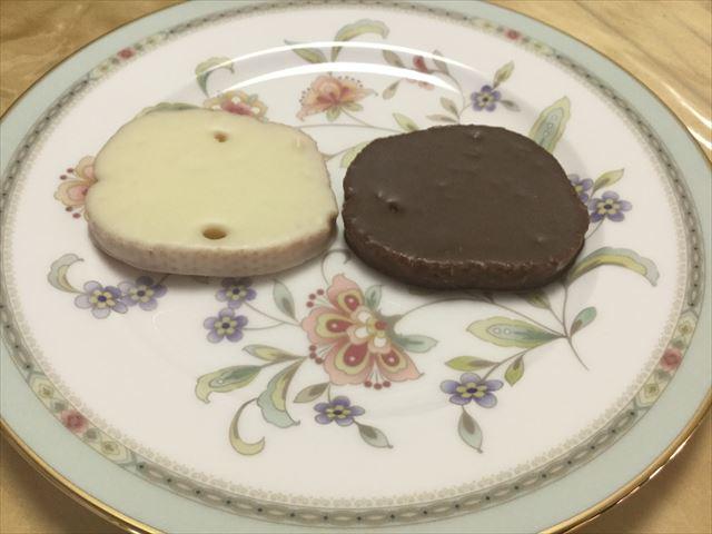 神戸モリーママ「ラスクマリアージュ・神戸078リッチショコラ」ショコラオーレとブランをお皿にのせた様子