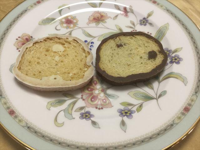 神戸モリーママ「ラスクマリアージュ・神戸078リッチショコラ」ショコラオーレとブランをお皿にのせた様子(ラスクの裏側)