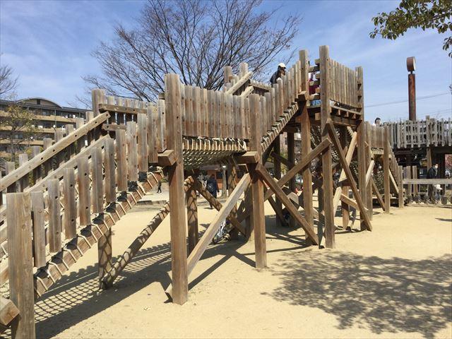 「佐井寺南が丘公園」アスレチック遊具、縄はしご