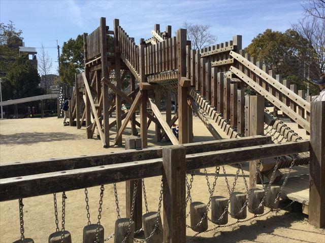 「佐井寺南が丘公園」アスレチック遊具、木の上を渡る橋