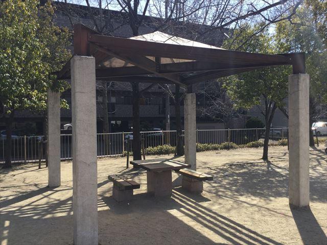 「佐井寺南が丘公園」休憩所、机と椅子