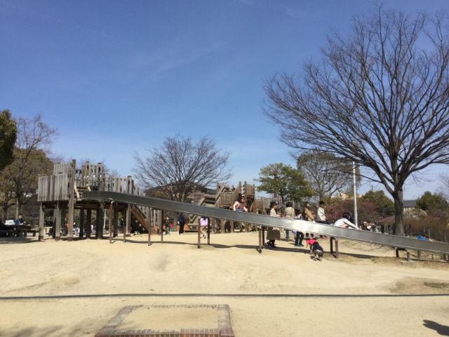 「佐井寺南が丘公園」ローラー滑り台とアスレチック遊具