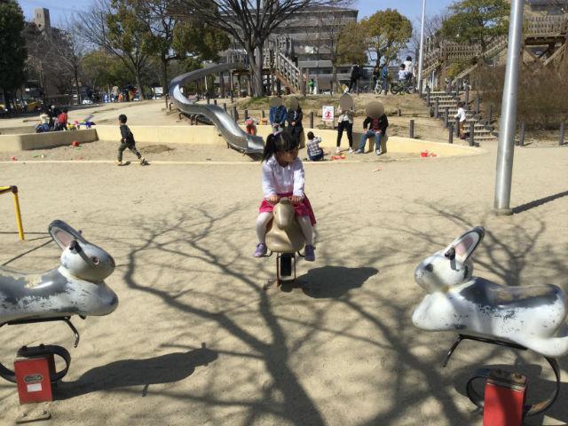 「佐井寺南が丘公園」うさぎと馬の乗り物
