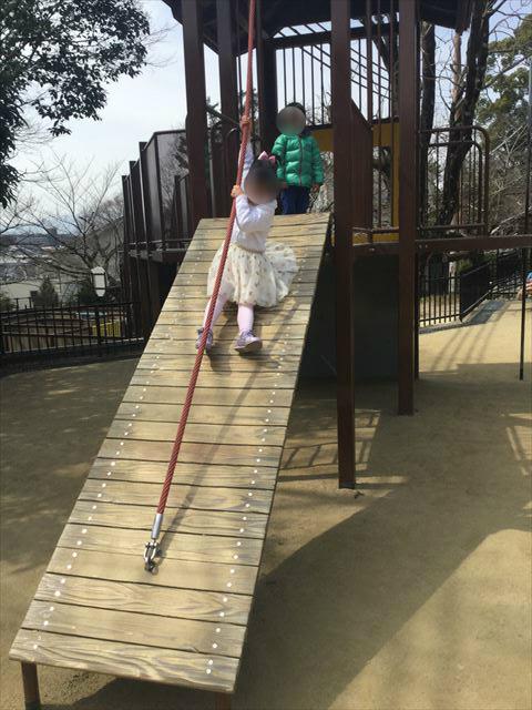 池田市「五月山公園」忍者のとりで「忍にんめいろ」ロープを持ちよじ登る遊具