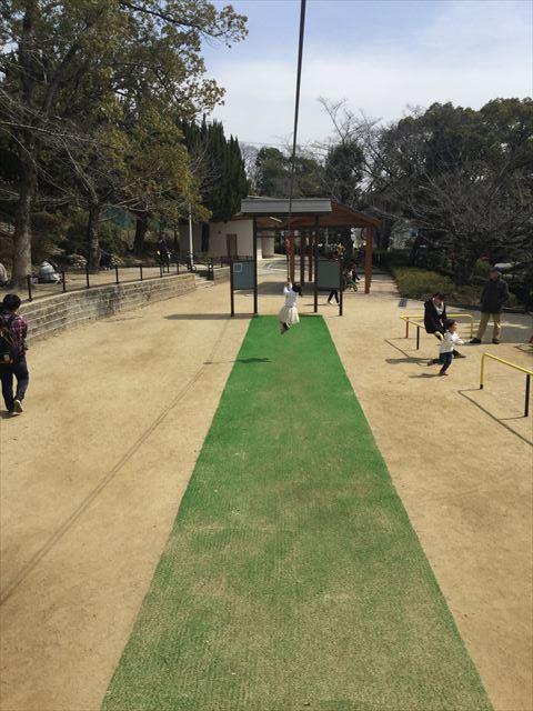 池田市「五月山公園」忍者のとりで、ロープにぶら下がる遊具に乗る娘